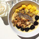 Ma recette de smoothie à la mangue, aux mûres et aux noix poêlées