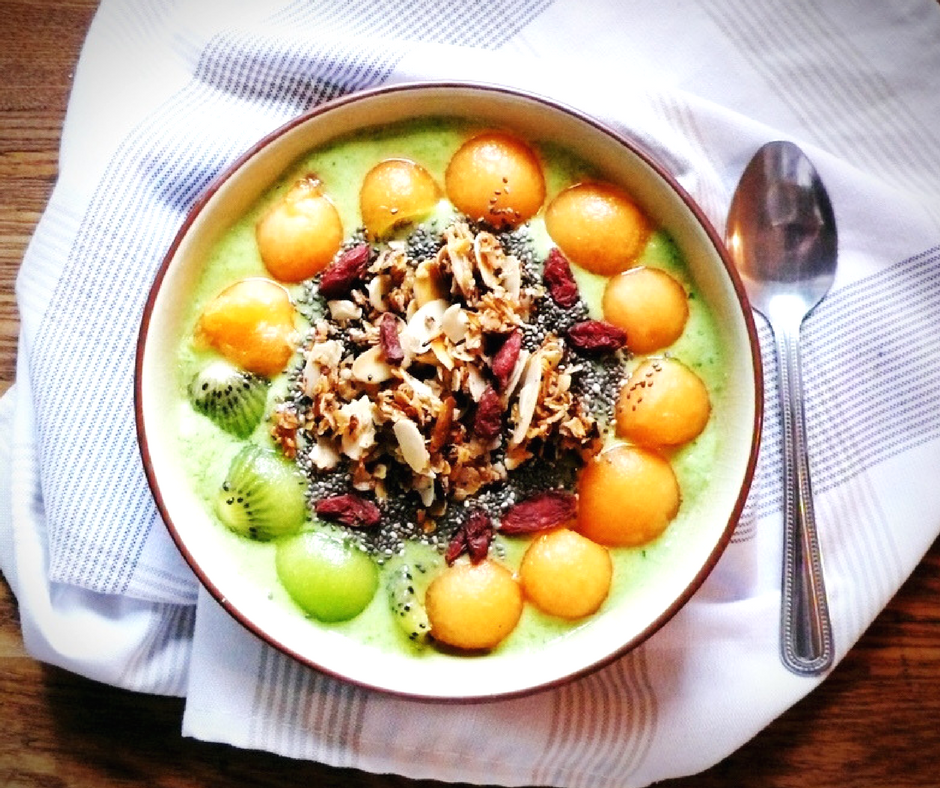 Bol de smoothie vert avec kiwi et cantaloup