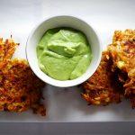 Galettes aux légumes et fromage avec trempette de yogourt et fines herbes