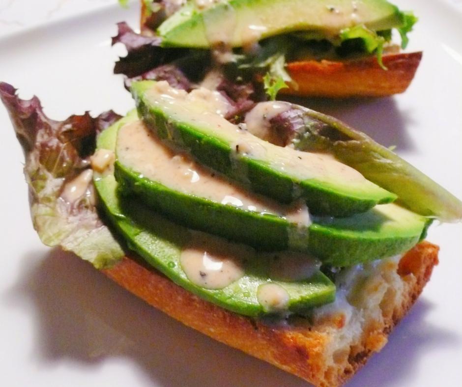 toast salade avocat pain baguette