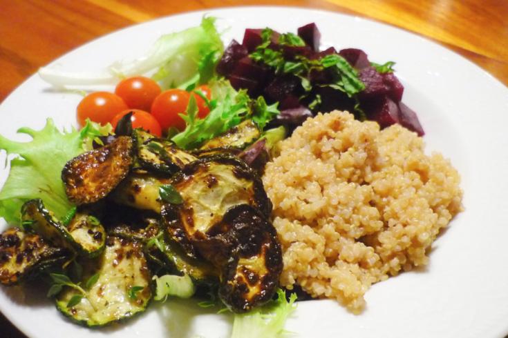 bouddha bowl courgettes grillées, betteraves et quinoa