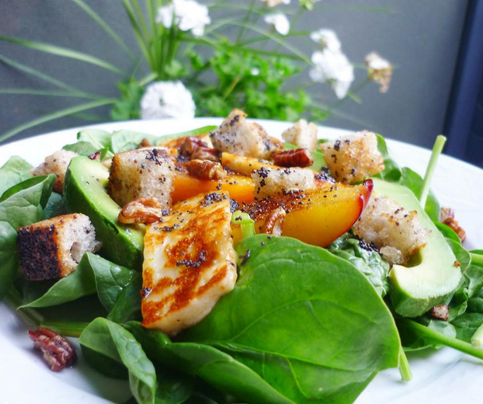 Salade de pêches grillées, fromage halloumi et pacanes épicées