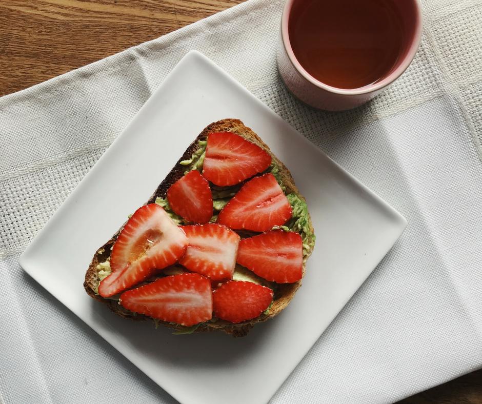 déjeuner toast avocat miel fraises