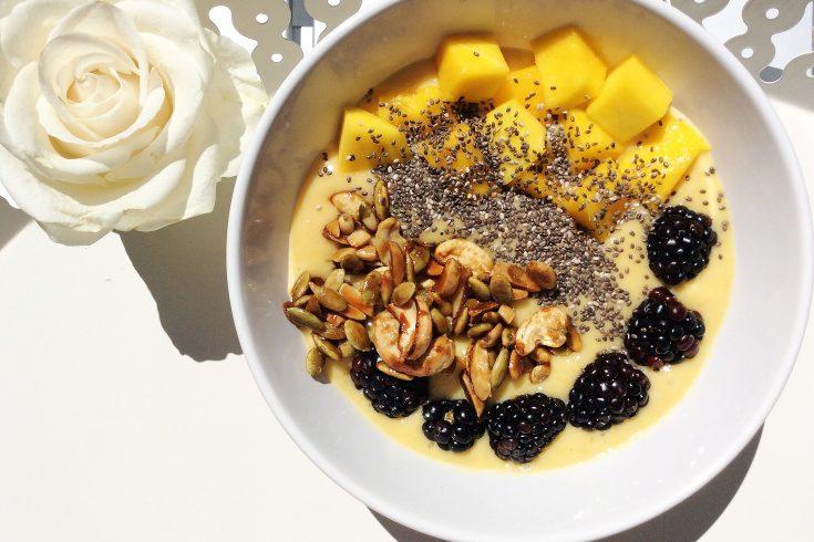 recette de smoothie à la mangue et granola à la poêle