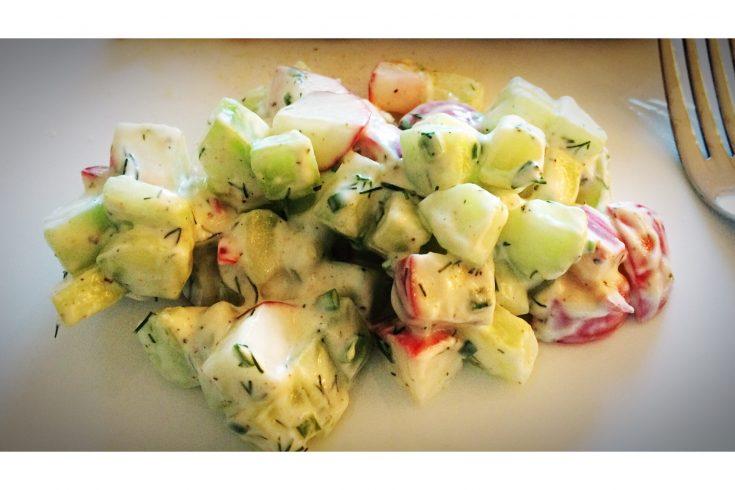 salade de concombre et radis avec vinaigrette au yogourt