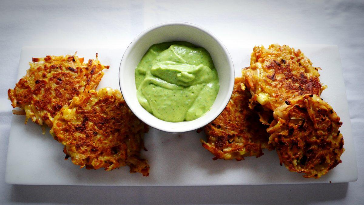 Galettes de légumes et fromage avec trempette yogourt et fines herbes