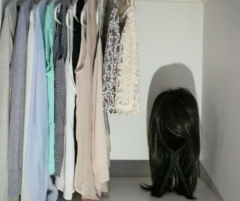 prothèse de cheveux dans le fond du garde robe